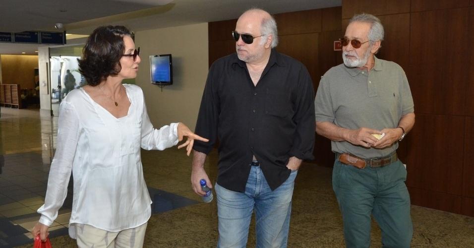 1.out.2013 - Os atores Cássia Kiss, Jayme Periard e Gracindo Jr. conversam no velório do ator Claudio Cavalcanti, no Memorial do Carmo, no Rio
