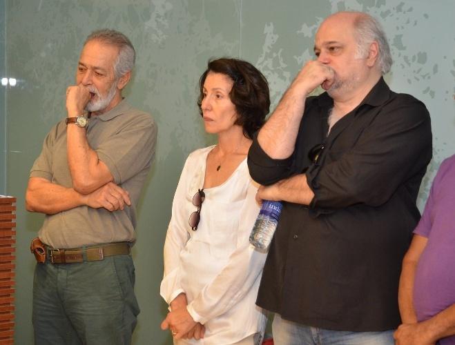 1.out.2013 - Os atores Cássia Kiss, Jayme Periard e Gracindo Jr. se despedem de Claudio Cavalcanti, no Memorial do Carmo, no Rio