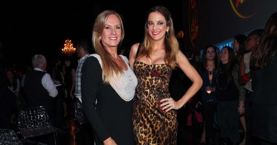 1.out.2013 - Ticiane Pinheiro com a mãe Helô na festa de comemoração dos 20 anos do canal Fox no Brasil. O evento aconteceu em uma casa noturna de São Paulo