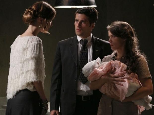 """Em """"Joia Rara"""", Silvia interrompe visita de Franz a Amélia"""
