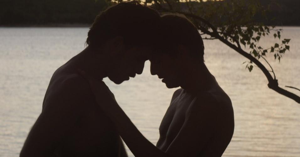 """Em """"O Estranho do Lago"""" (França), de Alain Guiraudie, a beira de de uma lagoa é o lugar de encontros sexuais entre homens desconhecidos. É onde Franck se apaixona por Michel, um homem charmoso e mortalmente perigoso"""