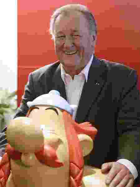 2.out.2013 - O cartunista Albert Uderzo e o personagem Obélix - AFP
