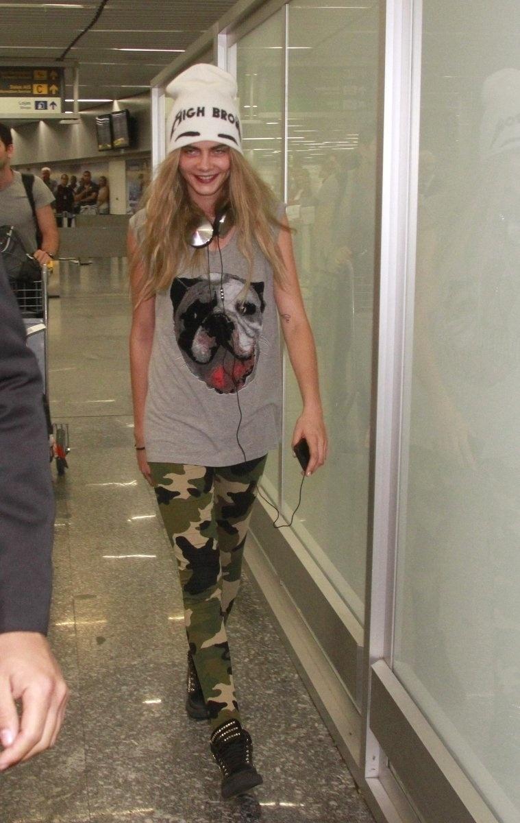 02.out.2013- A modelo britânica Cara Delevingne desembarcou no Rio na noite desta quarta-feira. A top participa na sexta-feira do leilão da amfAR, que acontece no Copacabana Palace