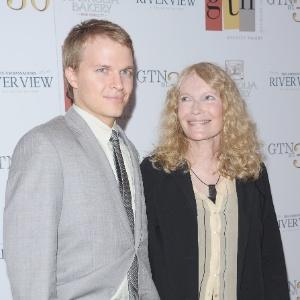 Mia Farrow e o filho, Ronan, em foto de 2012