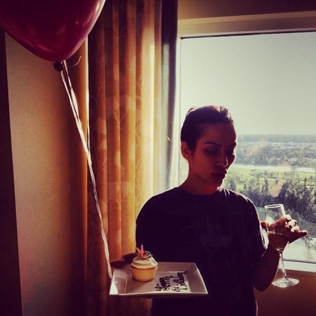 """2.out.2013 - Cleo Pires celebrou os 31 anos com cupcake e um balão. """"Nossa própria festa privada"""", escreveu a atriz viajou para fora do Brasil"""