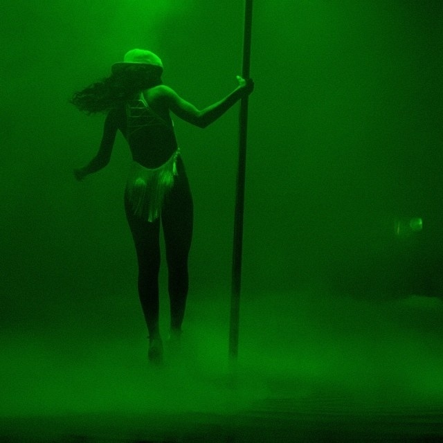 """2.out.2013 - De collant e boné, Rihanna faz aula de pole dance para seu novo clipe, do single """"Pour It Up"""". A cantora tem abusado da sensualidade nas gravações do novo clipe e já divulgou imagens de bastidores em que aparece de peruca loira, sobrancelha pink e uma espécie de camisola transparente"""