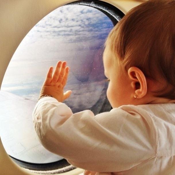 2.out.2013 - Gisele Bündchen mostra foto da filha em avião