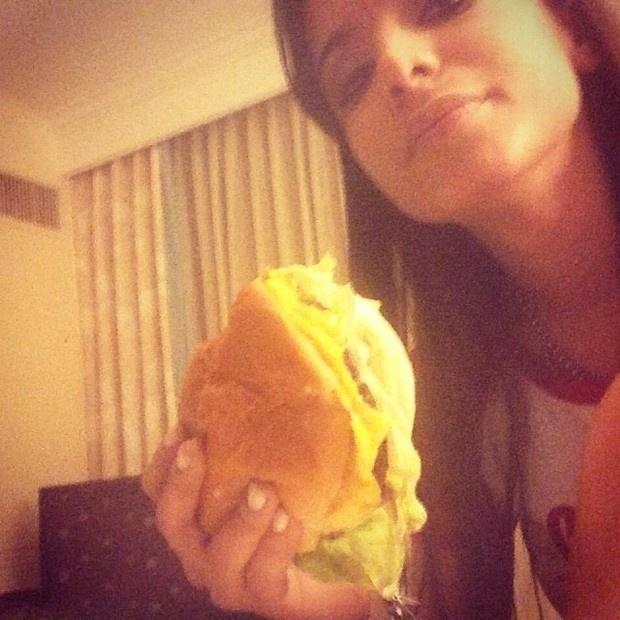 2.out.2013 - Nos Estados Unidos, Anitta mostra foto comendo hambúrguer