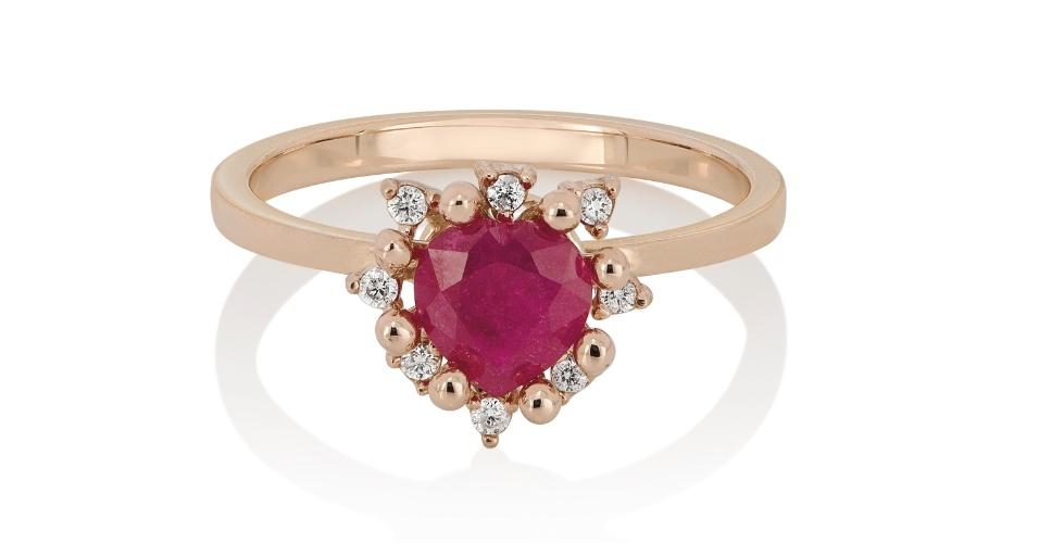 Anel Carinhoso em ouro rosé, decorado por rubi e diamantes; da Dryzun (www.dryzun.com.br), por R$ 3.060. Preço e disponibilidade pesquisados em novembro de 2013 e sujeitos a alteração