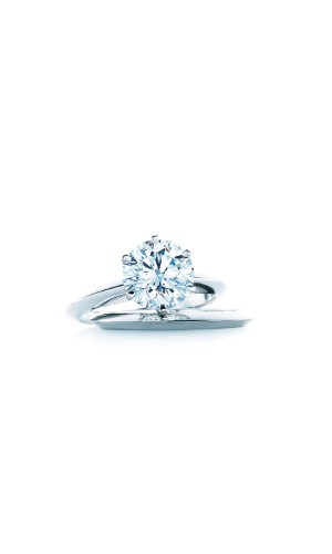 Anel de noivado Tiffany Setting; da Tiffany (www.tiffany.com), a partir de 7.005. Preço e disponibilidade pesquisados em novembro de 2013 e sujeitos a alteração