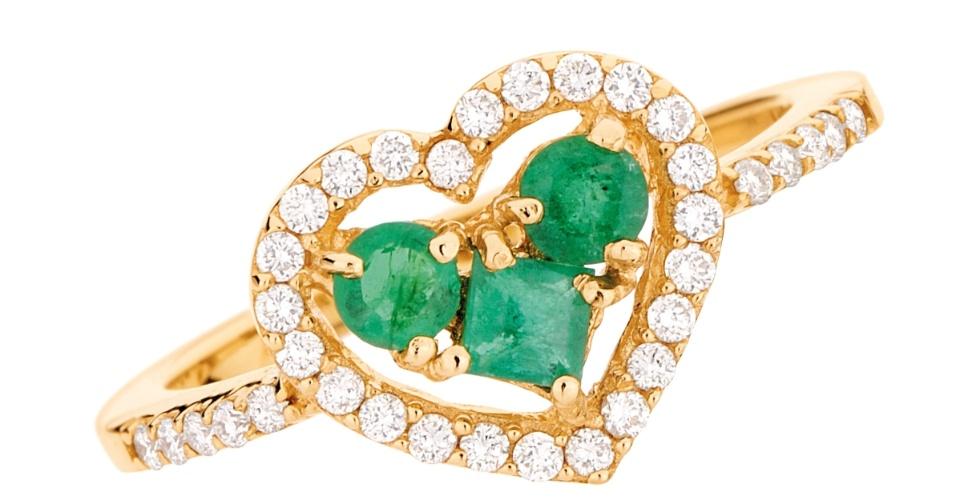 Anel em ouro 18k, diamantes e esmeralda; da Monte Carlo (www.montecarlo.com.br), por R$ 4.758. Preço e disponibilidade pesquisados em novembro de 2013 e sujeitos a alteração