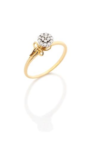 Anel em ouro amarelo 18 quilates com pequenos diamantes ao centro; da Monte Carlo (www.montecarlo.com.br), por R$ 2.430. Preço e disponibilidade pesquisados em novembro de 2013 e sujeitos a alteração