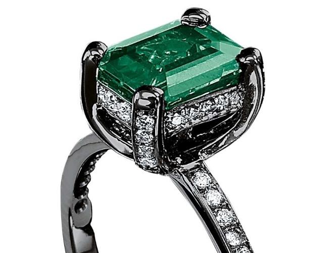 Anel solitário retangular com esmeralda e diamantes; da Jack Vartanian (www.jackvartanian.com.br), por R$ 12.000. Preço e disponibilidade pesquisados em novembro de 2013 e sujeitos a alteração