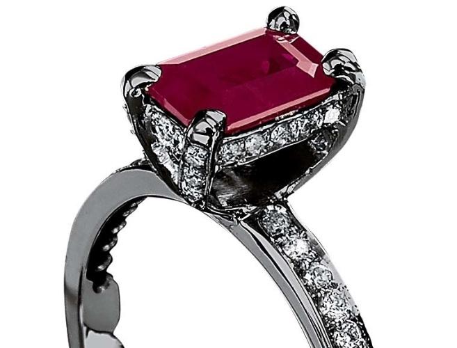 Anel solitário retangular com rubi e diamantes; da Jack Vartanian (www.jackvartanian.com.br), por R$ 9.500. Preço e disponibilidade pesquisados em novembro de 2013 e sujeitos a alteração