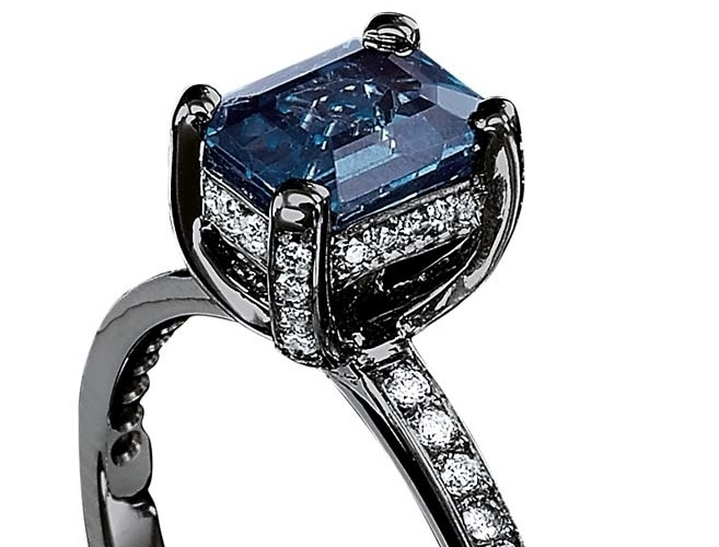 Anel solitário retangular com safira azul e diamantes, da Jack Vartanian (www.jackvartanian.com.br), por R$ 9.500. Preço e disponibilidade pesquisados em novembro de 2013 e sujeitos a alteração