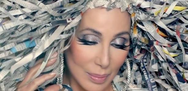 """Cena do clipe """"Woman's World"""", de Cher"""