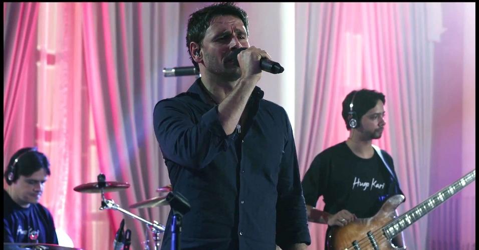 Murilo Rosa canta em cena de