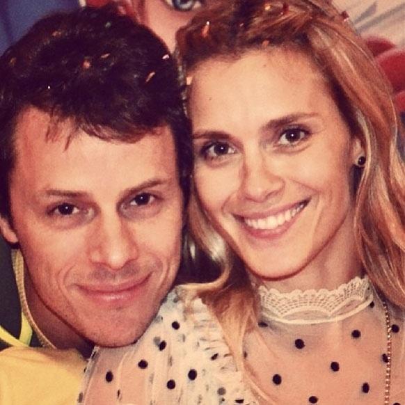 No aniversário do marido, Carolina Dieckmann publica foto do casal na internet com mensagem apaixonada