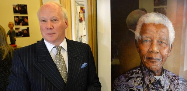 O artista britânico Richard Stone posa com sua pintura de Nelson Mandela na exposição em Londres - Ben Stansall/AFP