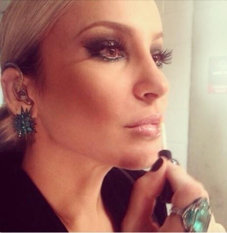 """03.out.2013- Claudia Leitte se prepara para estreia do """"The Voice"""": """"Make- Chek! Concentração-Chek! Tudo pronto para a estreia da segunda temporada de #thevoicebr hoje à noite, depois da novela das 21 h. #thevoice #Emoção #Música #Amor #Alegria"""", escreveu a cantora no Instagram"""