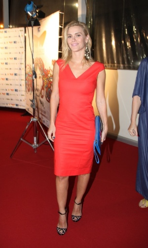 03.out.2013- Elegante, Carolina Dieckmann escolheu um vestido vermelho para a pré-estreia do filme