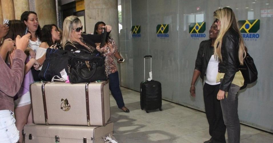 3.out.2013 - Bárbara Evans é assediada por fãs ao chegar ao Rio de Janeiro depois de vencer reality show da Record. A modelo desembarcou com as malas que ganhou em