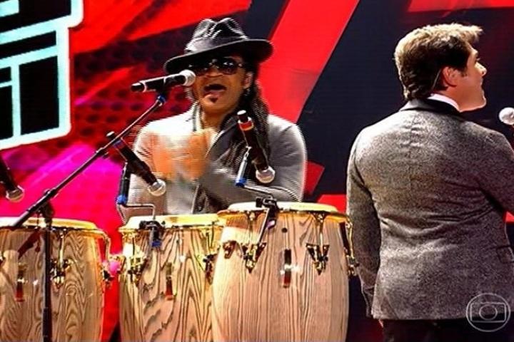 """3.out.2013 - Carlinhos Brown e Daniel se apresentam na estreia da segunda temporada """"The Voice Brasil"""""""