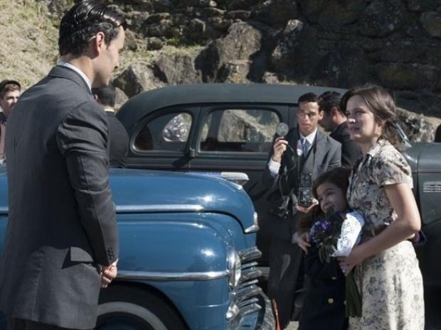 """Em """"Joia Rara"""", Amélia é recebida por Pérola e Manfred ao deixar prisão"""