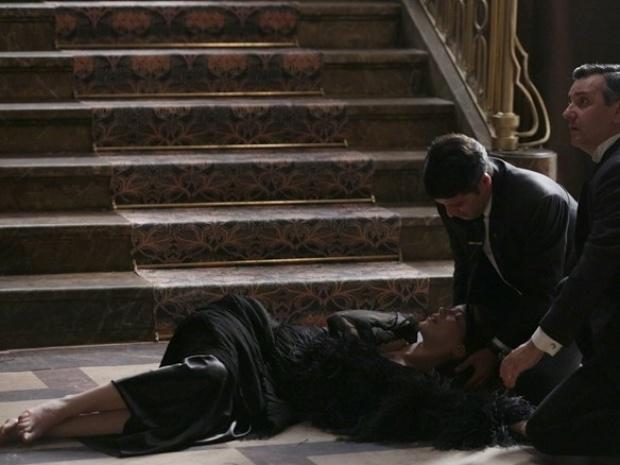 """Em """"Joia Rara"""", Silvia se joga da escada para impedir Franz de ver Amélia"""