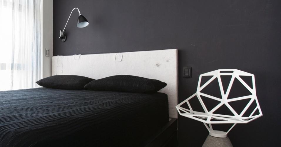 No AP 1.211, a cama também é estruturada em marcenaria (Art Mad) com pintura laqueada preta, desenhada pelo arquiteto Alan Chu, e cabeceira revestida em lona. A cadeira Chair One é uma criação do designer Konstantin Grcic, enquanto a arandela BL6, comprada na Scandinavia Designs, foi desenhada por Robert Dudley Best