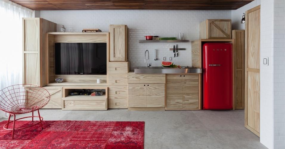 Para organizar os espaços e as funções de uso social no duplex com apenas 36 m², o arquiteto Alan Chu  imaginou um sistema de caixotes inspirado nos