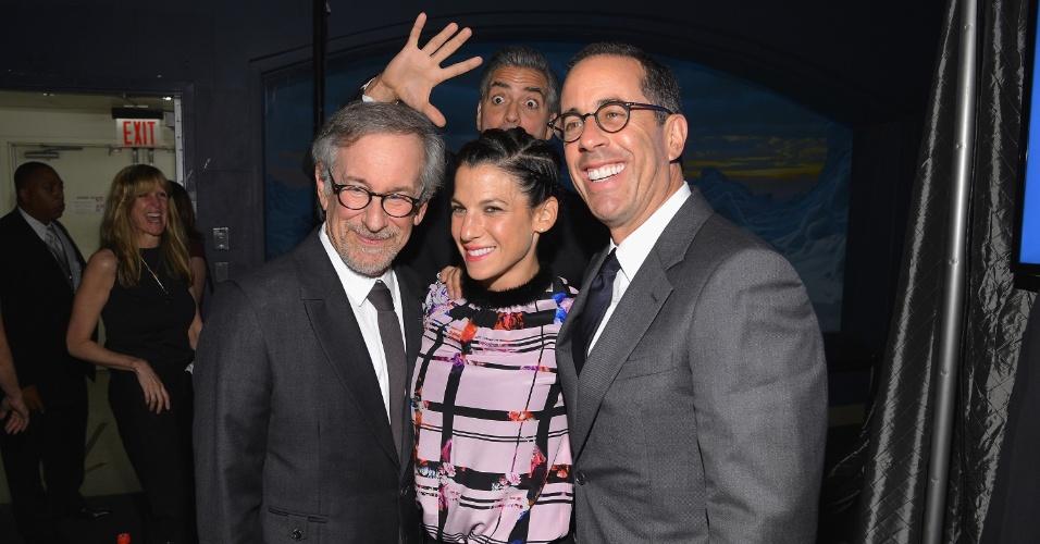 3.ou.2013 - George Clooney invade foto de Steven Spielberg, Jessica Seinfeld e Jerry Seinfeld e aparece apenas com a mão e parte da cabeça. Os atores estavam em um baile de gala beneficente no American Museum of Natural History, em Nova York