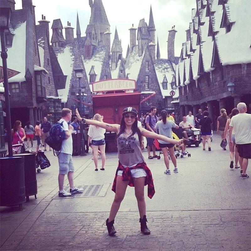 3.out.2013 - Em viagem aos EUA, Anitta se engana e irrita fãs de Harry Potter