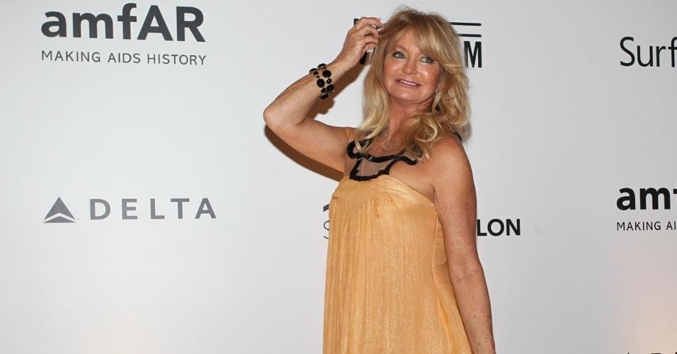 4.out.2013 - A atriz americana Goldie Hawn prestigiou na noite desta sexta o baile de gala organizado pela amfAR no hotel Copacabana Palace, no Rio. A ONG destina recursos à pesquisa da cura e tratamento da Aids