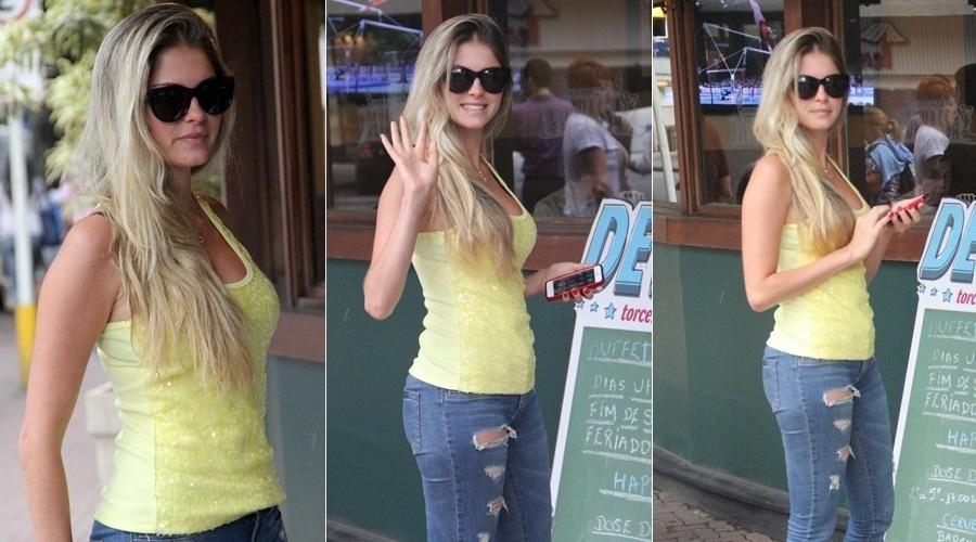 """4.out.2013 - Bárbara Evans almoçou em um restaurante em Ipanema, zona sul do Rio. A modelo foi a grande vencedora do reality """"A Fazenda"""" e recebeu o prêmio de R$ 2 milhões"""