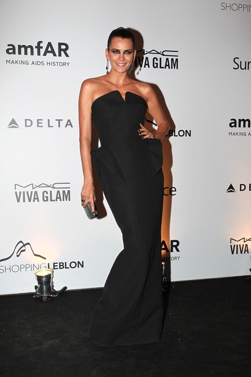 4.out.2013 - Grávida, a modelo Fernanda Motta vai ao baile da amfAR