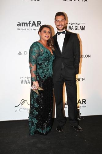4.out.2013 - Preta Gil vai acompanhada do ex-namorado, Thiago, no baile da AmfAR, no Rio de Janeiro