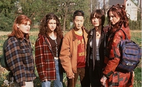 Angelina Jolie (segunda da direita para a esquerda) e Jennie Shimizu (ao centro) junto com Hedy Burress, Jenny Lewis e Sarah Rosenberg em foto do filme