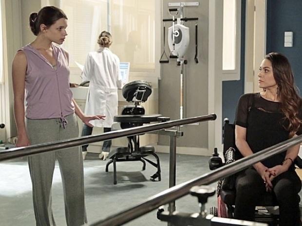 """Em """"Amor à Vida"""", Leila se irrita ao ser obrigada a se exercitar ao lado de Linda"""