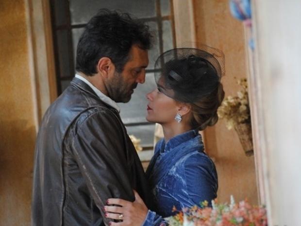 """Em """"Joia Rara"""", Iolanda reencontra Mundo e o beija"""