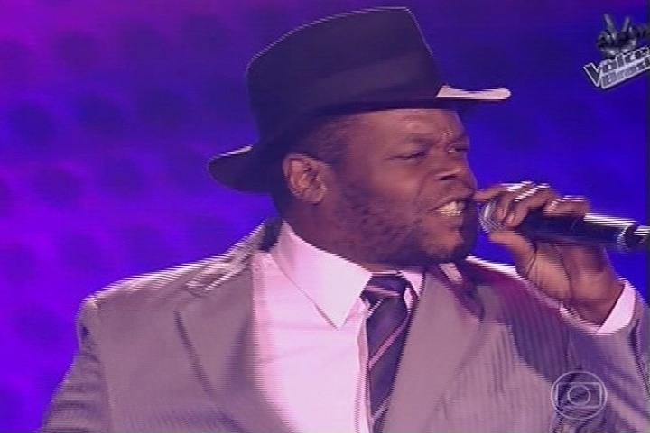 3.out.2013 - Jurados ouvem o candidato Paulinho Lima, que cantou um clássico de Marvin Gaye e fez todos virarem a cadeira