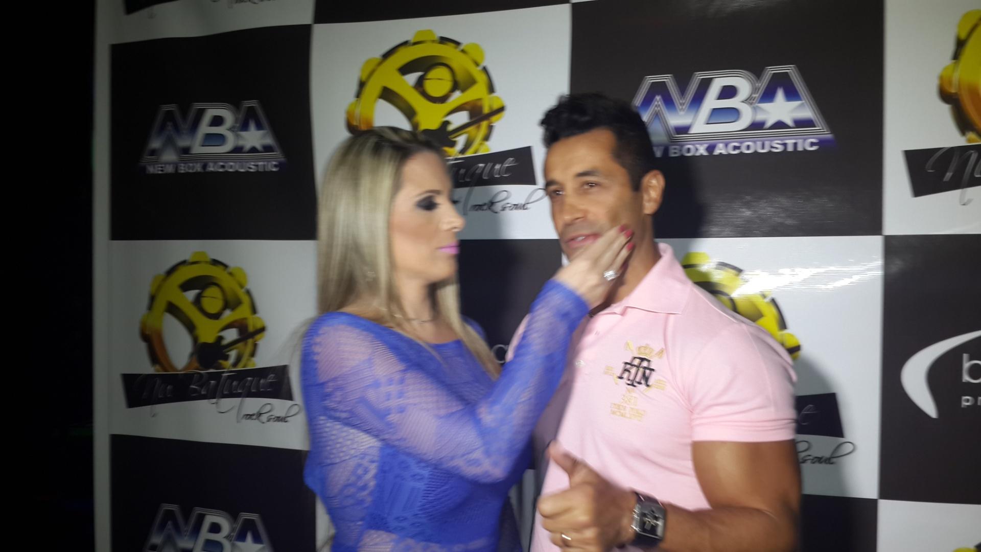 3.out.2013 - Marcos Oliver e a mulher Fabíola Monarca