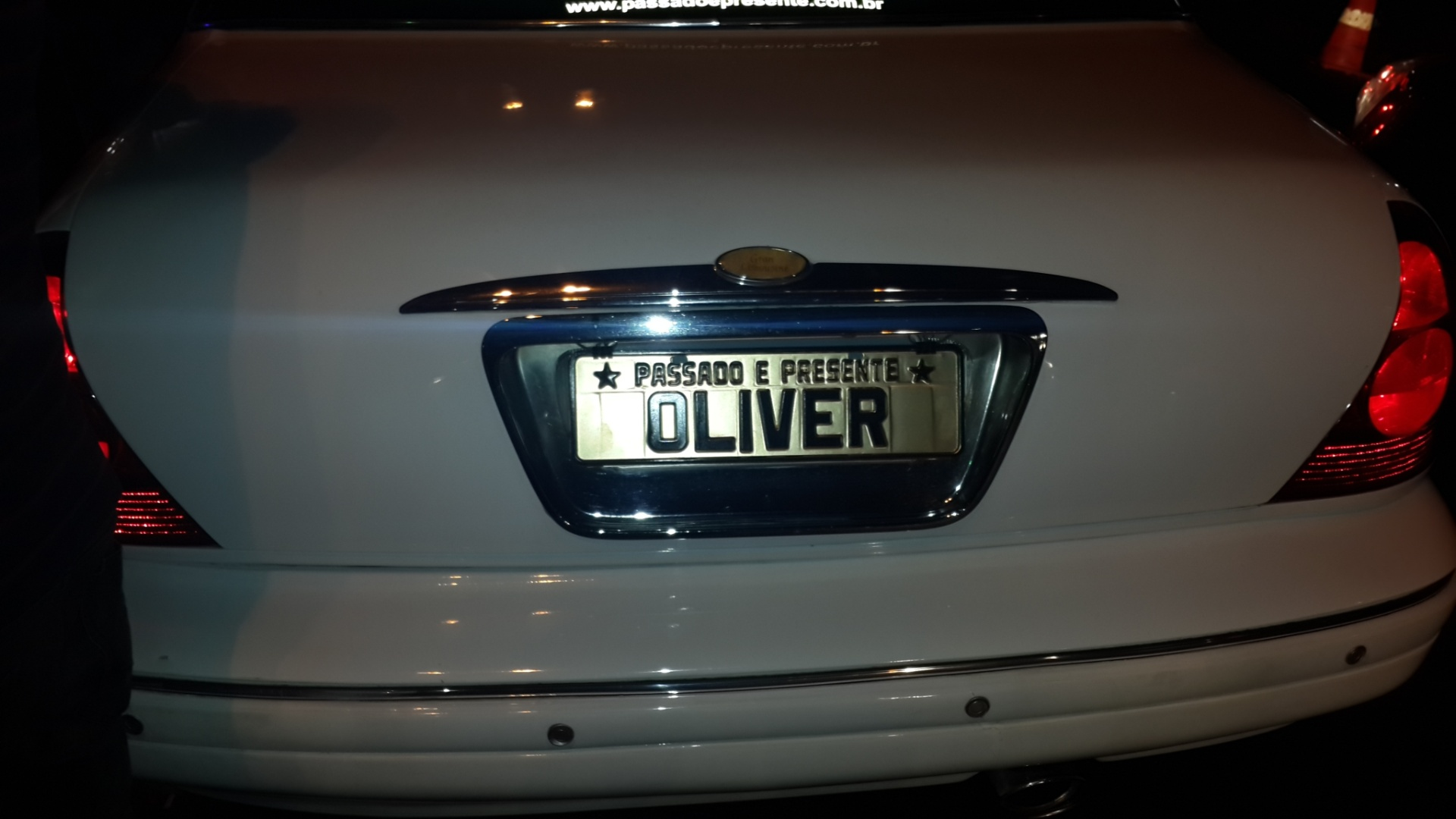 3.out.2013 - Detalhe da placa do carro do Marcos Oliver