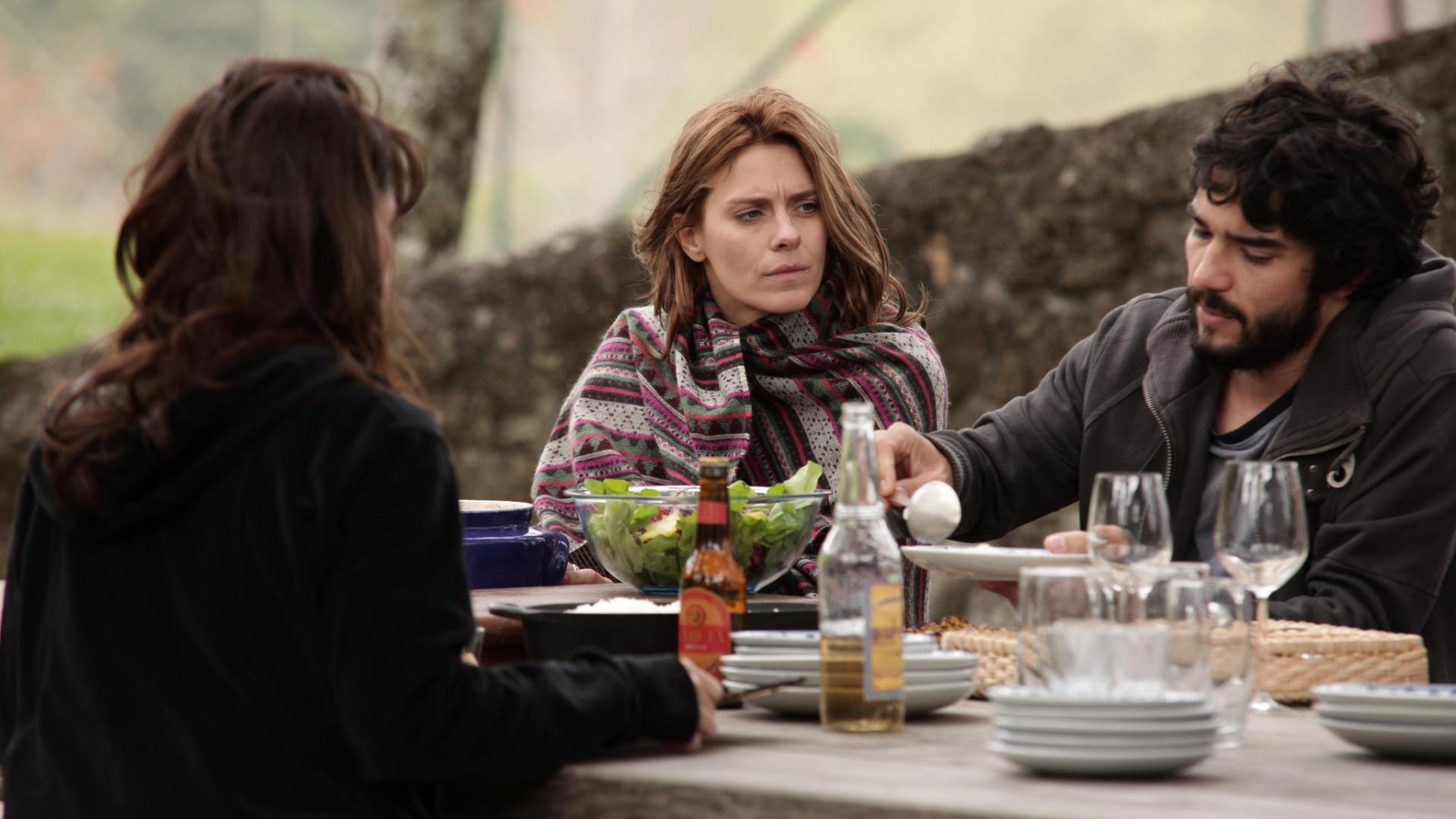 Maria Ribeiro (de costas), Carolina Dieckmann e Caio Blat, em cena de