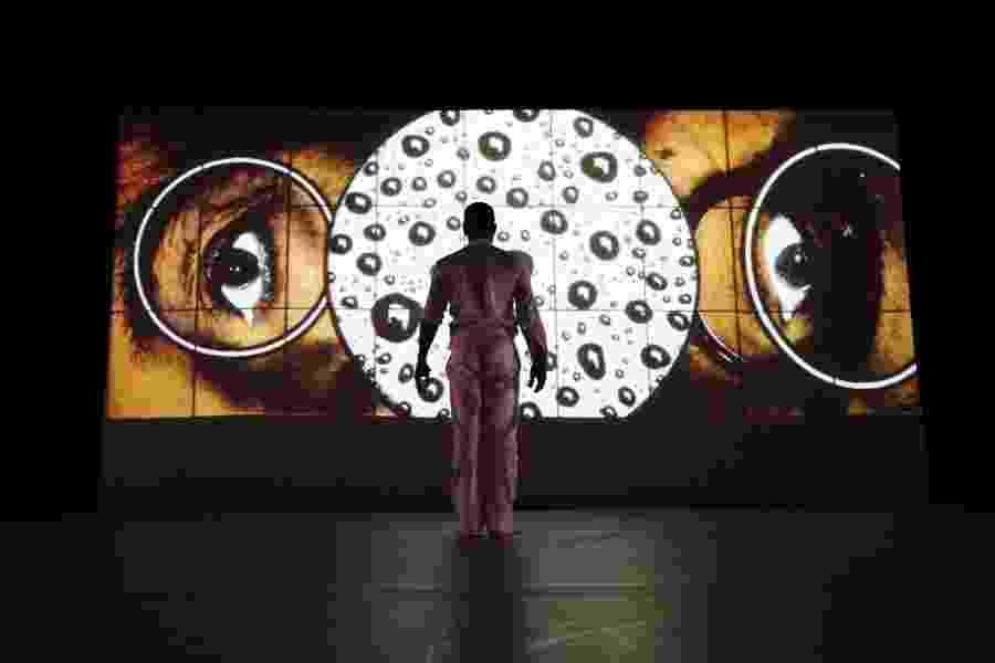 """O dançarino brasileiro Jean Abreu,  no espetáculo """"Blood"""", que criou especialmente a pedido da Royal Opera House, uma das principais casas de espetáculos de Londres - Paul Scala"""