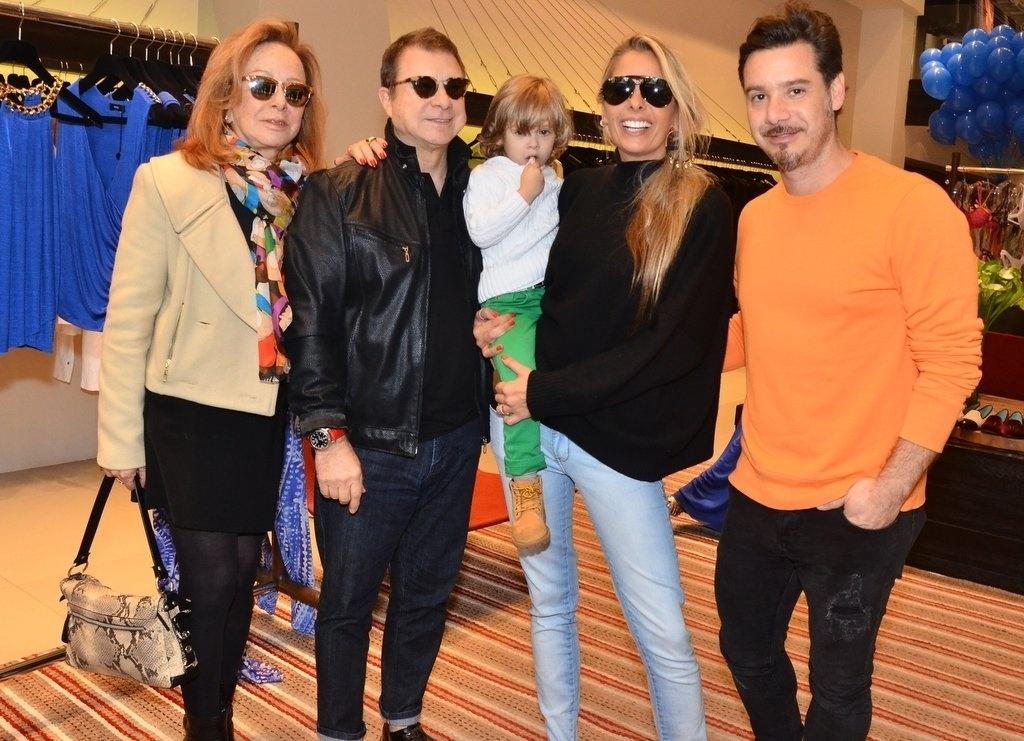 05.out.2013 - Adriane Galisteu posando com o filho, Vittorio, o marido, Alexandre Iódice e os sogros durante um evento de moda em São Paulo