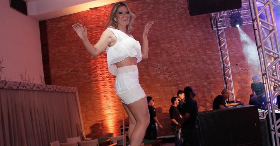 05.out.2013 - Fani Pacheco se empolgou na festa de aniversário do empresário e dançou em cima da mesa de sinuca