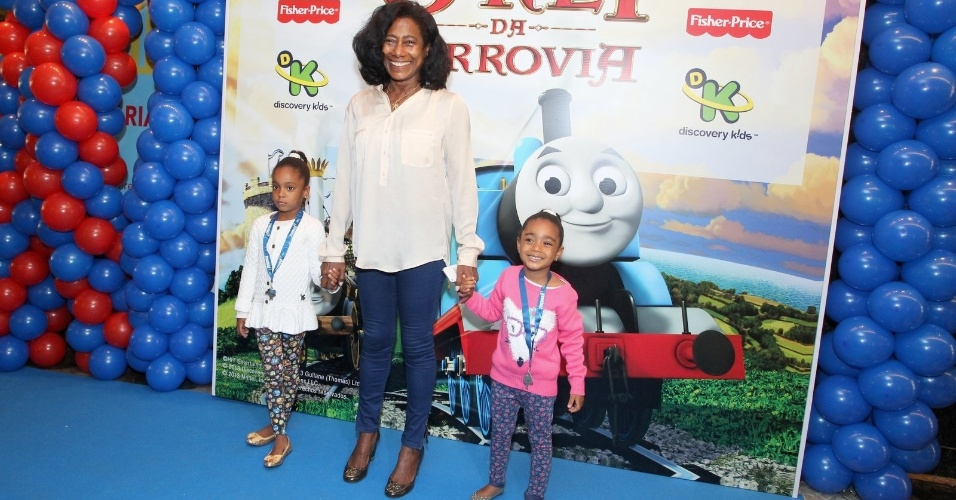05.out.2013 - Gloria Maria com as filhas Maria e Laura na pré-estreia do filme
