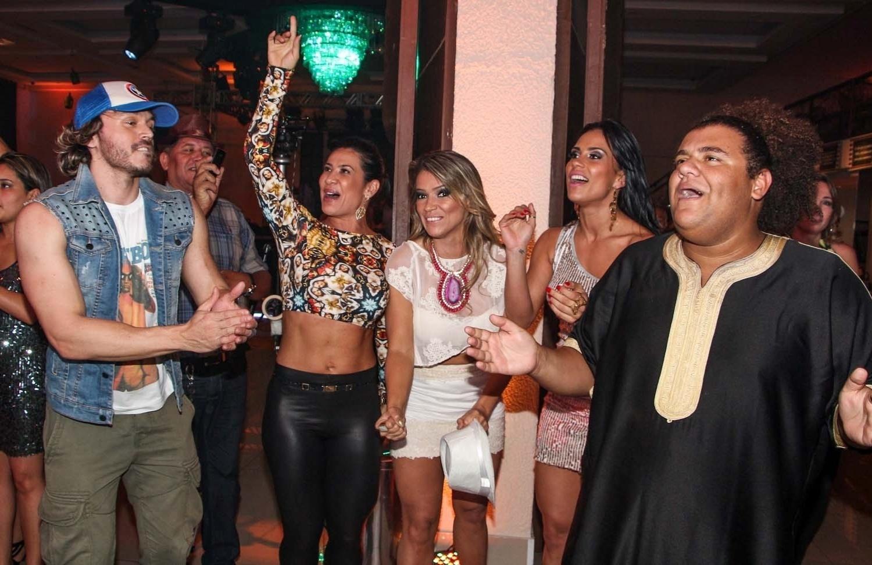 05.out.2013 - O modelo Franklin David, Scheila Carvalho, Fani Pacheco, a ex-BBB Kelly Medeiros e Gominho dançam durante a festa de aniversário do empresário em uma casa noturna de São Paulo