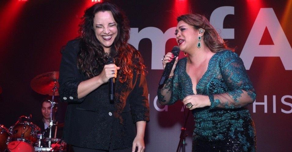 4.out.2013 - Ana Carolina e Preta Gil cantam juntas em baile da amfAR, no Copacabana Palace, no Rio
